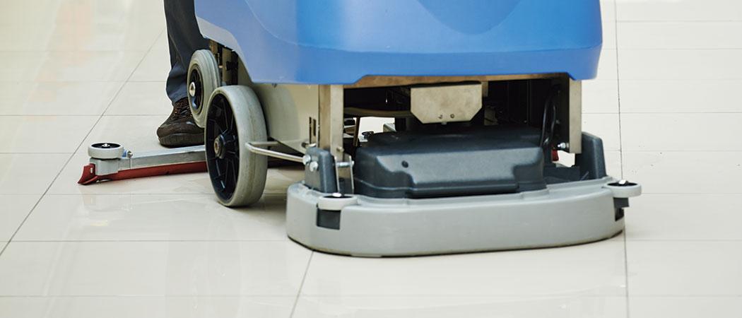 limpieza de suelo con maquina rotativa