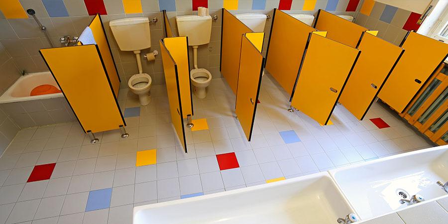 limpieza de baños de escuela infantil